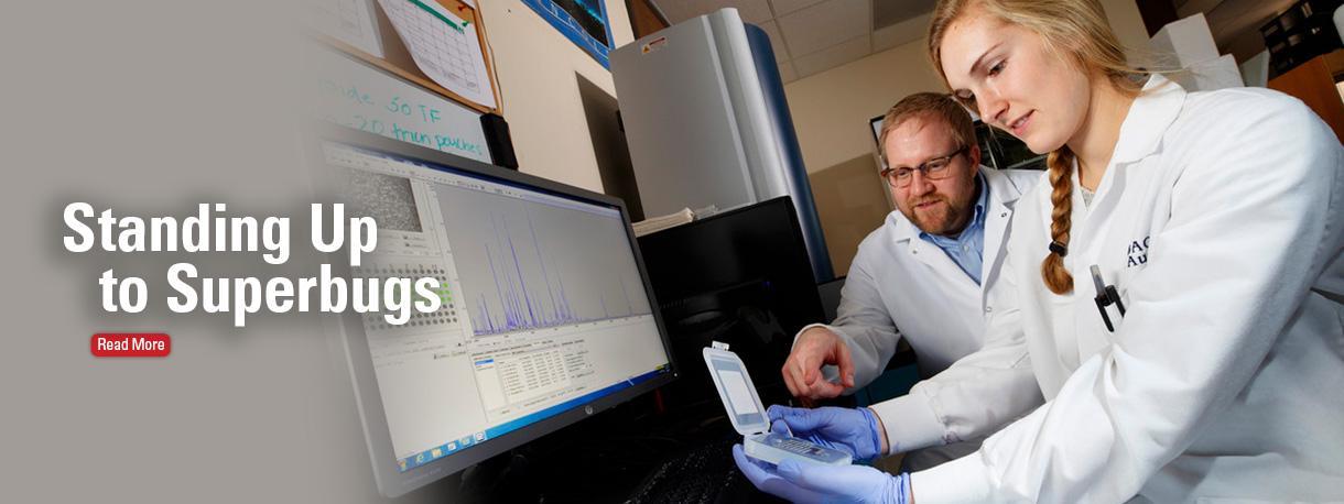 Dr. Dustin Loy mentoring student researcher